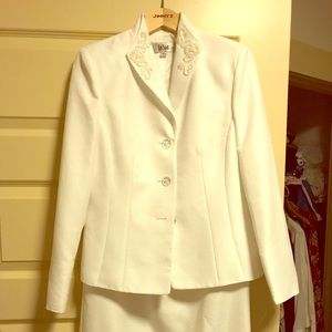 Le Suit White beaded jacket and skirt size 6